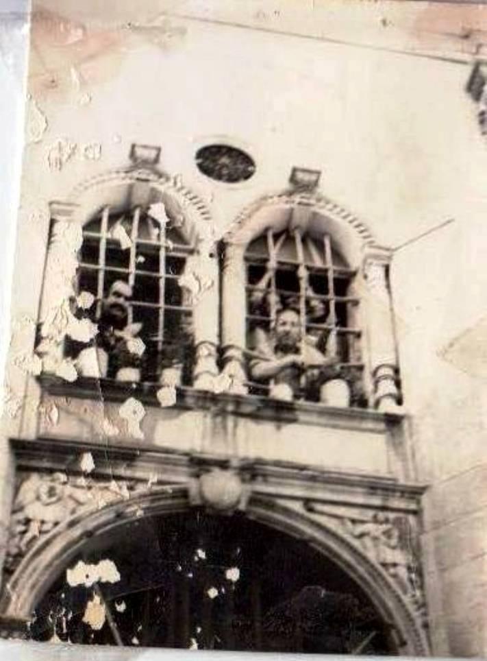 Hapishane'den bir görüntü. Resmin sağındaki kişi Halil Kekeç. Resmin aslı Bülent Kekeç'de bulunmaktadır.