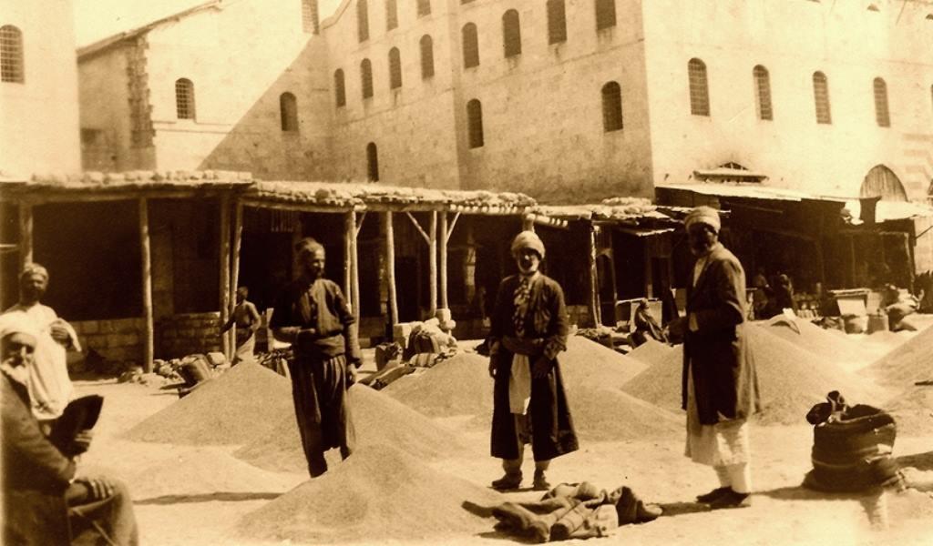 Arasa, Aintab, 1919. Arkada görünen Ğazaryan Hanı .Şimdiki adı Pürsefa Hanı.