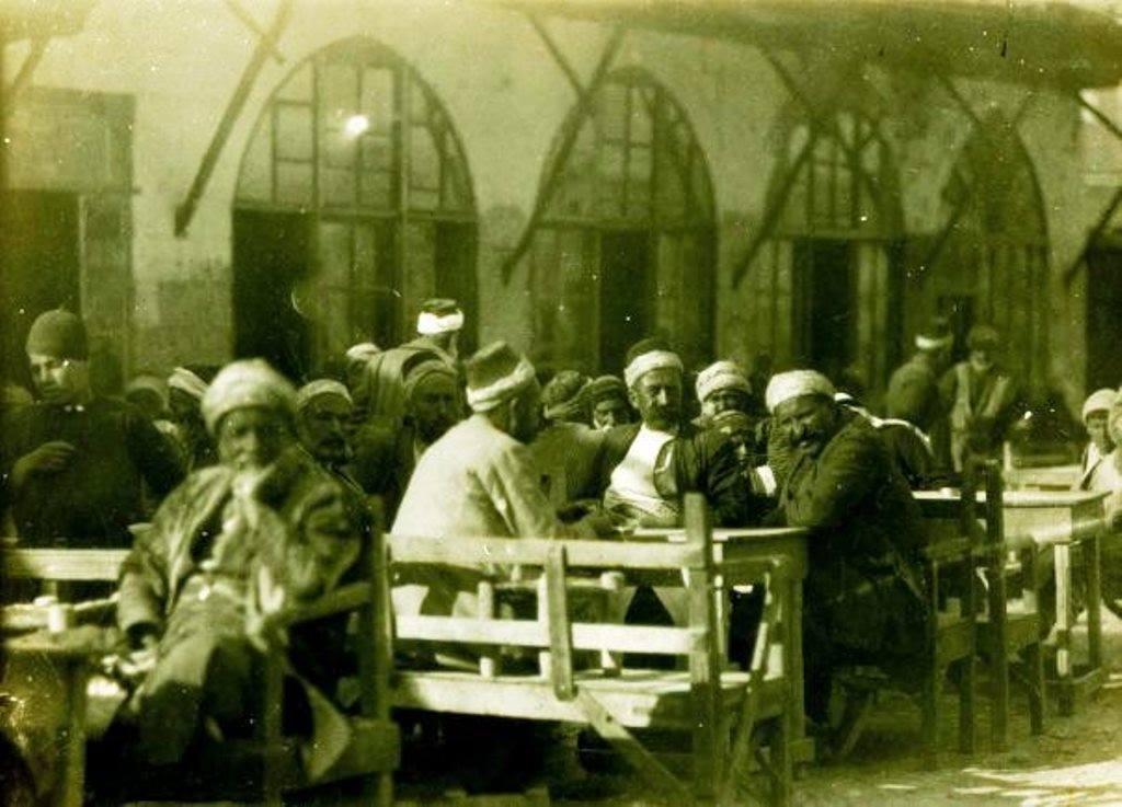 Arasa'da kahve, Nisan 1921. Turkish coffee house - Aintab, Turkey, Apr-1921. Ateşkes ve gergin bir bekleyiş dönemi. Fransızla ateşkes imzalanmış, çatışma durmuş ama Antep dışında köyde, dağdaki çeteler ve askerler Fransız'a saldırılara devam ediyor. Sonraki günler çok önemli olacak, Ankara Anlaşması-Haziran 1921, Sakarya Zaferi-30 Ağustos 1921, Ankara Anlaşmasının yürürlüğe girmesi-20 Ekim 1921, Fransızın Antep'ten çekilmesi-25 Aralık 1921.