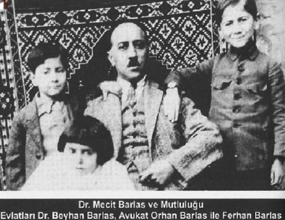 Doktor Mecit Barlas çocuklarıyla. Dr. Beyhan Barlas, Avukat Orhan Barlas, Ferhan Barlas.