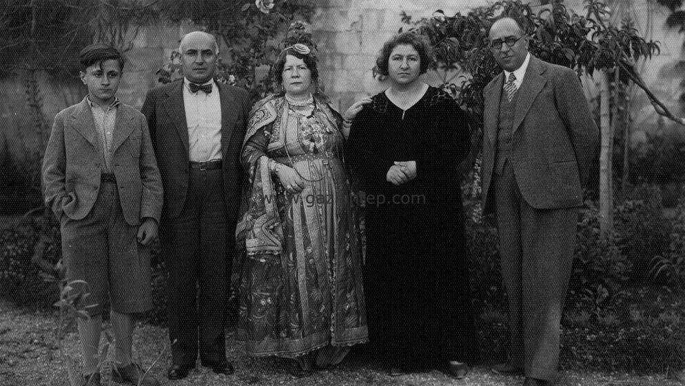 Sağ başta Doktor Mecit Barlas ailesiyle birlikte. Gaziler Caddesi'ndeki Mecit Barlas Hastanesi bahçesinde. Şimdiki Mecit Barlas Pasajı'nın bulunduğu yer.